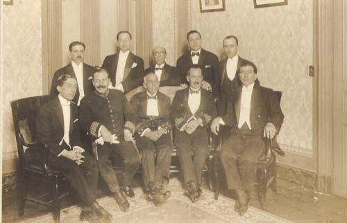 Gago Coutinho e Sacadura Cabral, ao centro, ladeados pelos diretores e pelo presidente do Clube Português de São Paulo, Ignácio Pereira (à extrema direita)