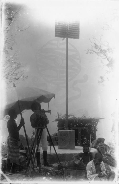 Palanque: [Membro da equipa (Álvaro Martha ?) fazendo medições junto ao marco 19] Missão Geodésica de São Tomé e Príncipe, chefiada por Gago Coutinho1916-1918